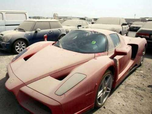 تعداد زیادی از خودروهای میلیاردی در دبی فقط خاک میخورند!
